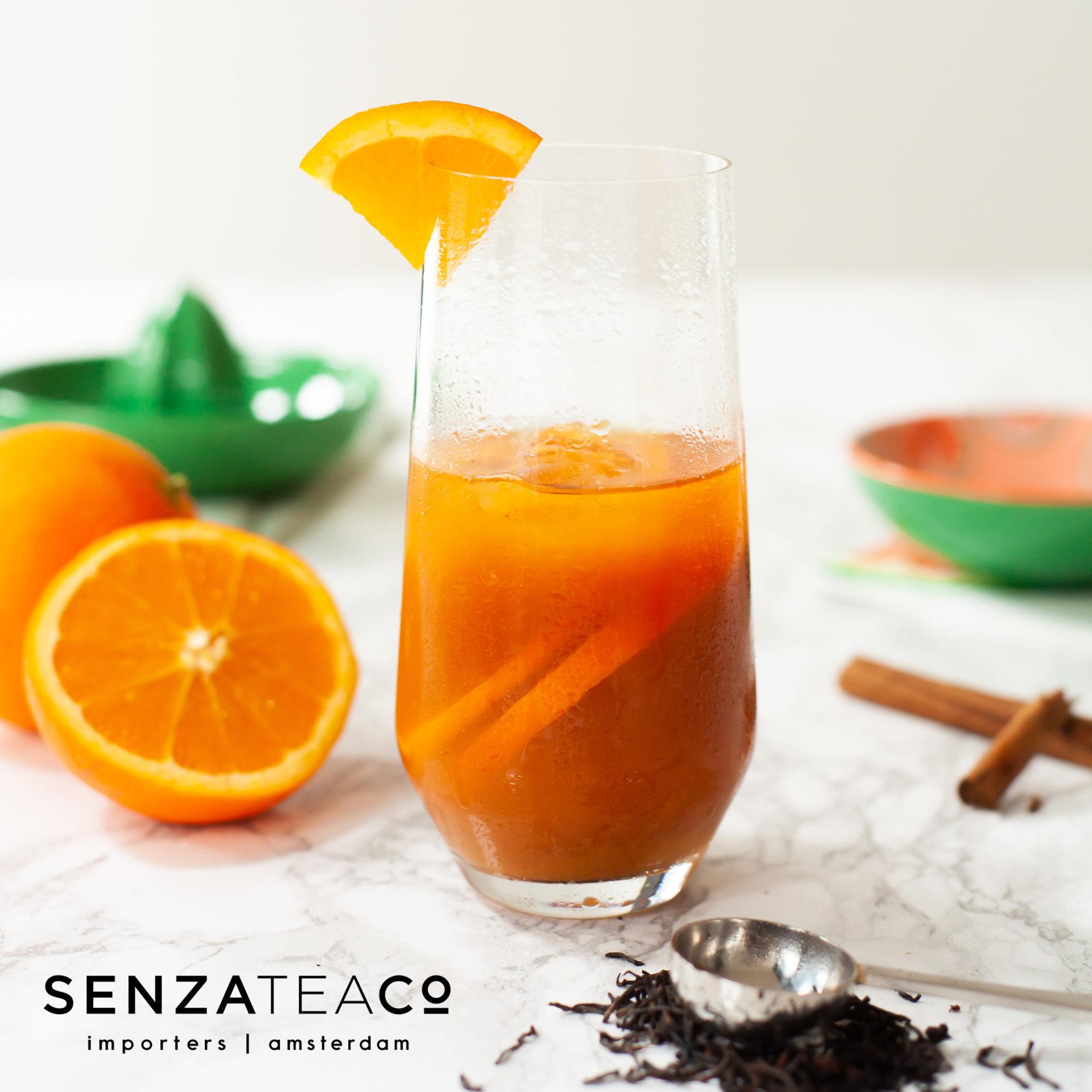 Mocktail met zwarte thee, sinaasappel en honing